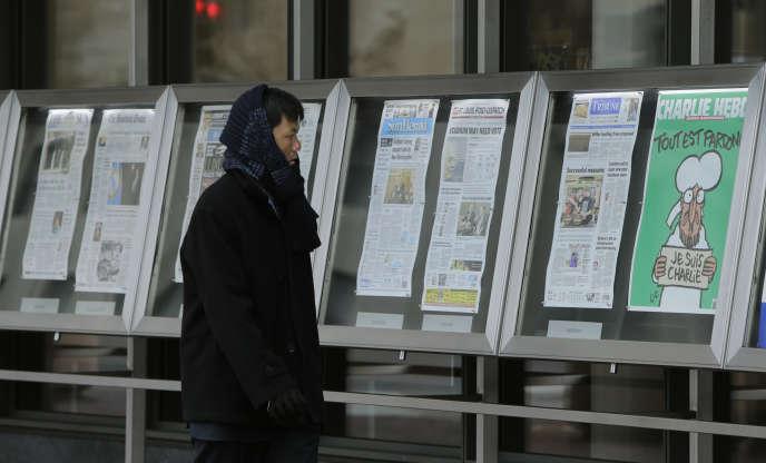Le 14 janvier 2015, devant le Newseum, à Washington, les journaux du jour sont affichés, dont la première édition de Charlie Hebdo après les attentats de janvier 2015.
