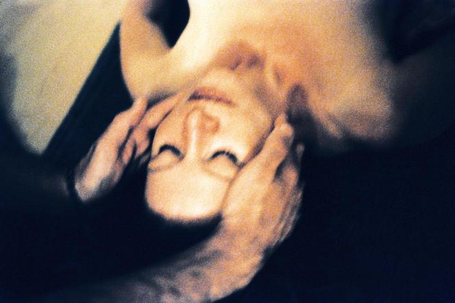 Un massage du visage durant un cours de tantrisme.