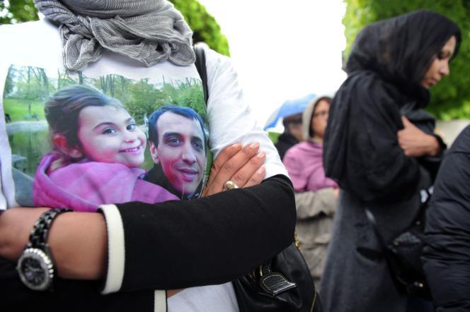 Aux funérailles d'Amine Bentounsi, tué par balles par un policier en avril 2012 à Noisy-le-Sec. Le procès a commencé le 11 janvier 2016, aux assises de Bobigny.
