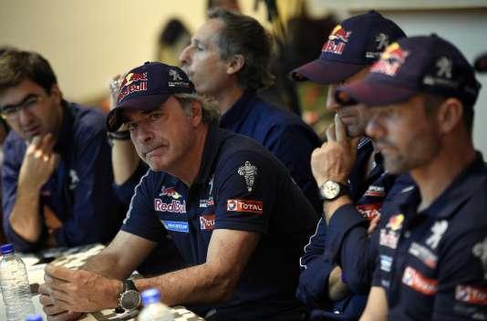 La team Peugeot en conférence de presse, dimanche 10 janvier à Salta (Argentine), de gauche à droite : l'Espagnol Carlos Sainz, Stéphane Peterhansel et Sébastien Loeb.