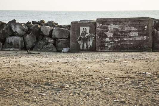 """Une des images de la série """"Si je reviens"""", en hommage à Pasolini, par Ernest Pignon-Ernest. La double figure fantomatique du cinéaste, sérigraphiée est ici visible sur la plage d'Ostie, près de Rome, où il a été assassiné en novembre 1975."""