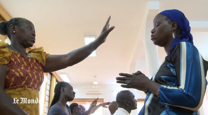 Des initiés de Sukyo Mahikari, lors d'une séance à Dakar.