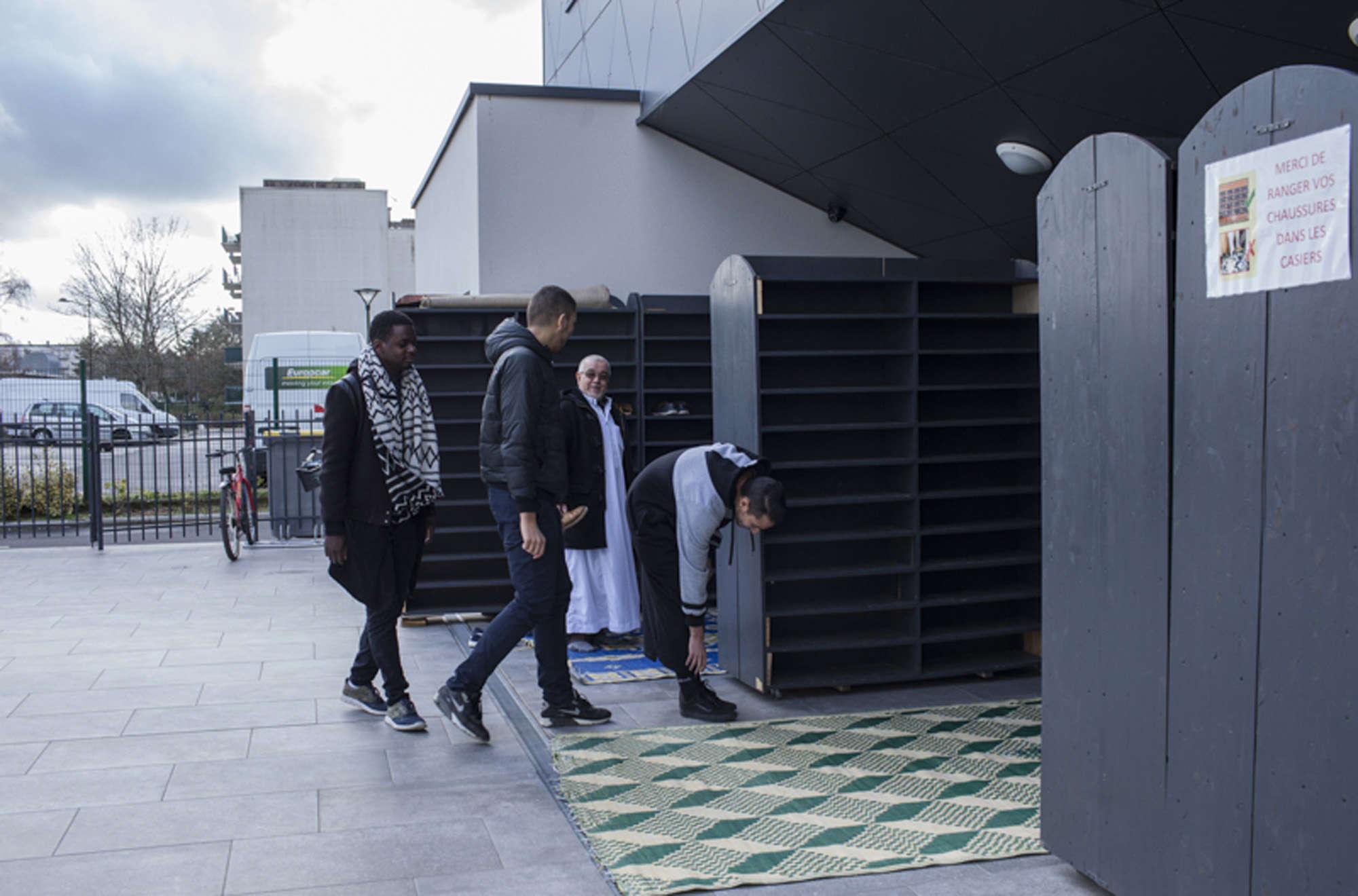 Joscar, chrétien, vient visiter la mosquée avec ses amis Jihad et Amir, tous deux musulmans.
