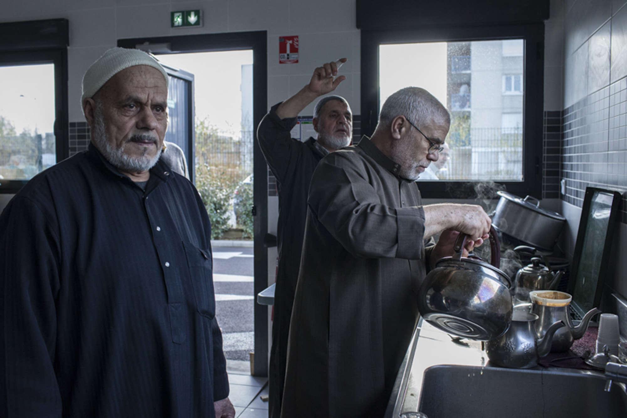 Les bénévoles s'occupent de préparer le thé.