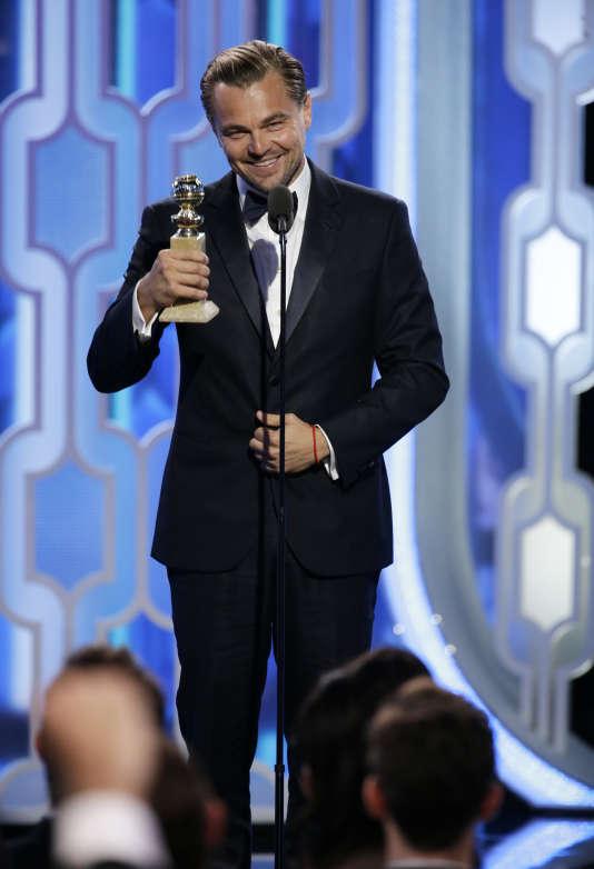 """A la 73ème édition des Golden Globes, Leonardo DiCaprio accepte sa récompense pour son rôle dans """"The Revenant"""", le 10 janvier 2016."""
