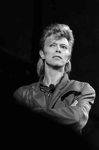 Le chanteur britannique lors de sa tournée Glass Spider Tour, le 3 juillet 1987, à La Courneuve. Cette année-là, il sort l'album « Never Let Me Down », et signe un retour plus rock, qui ne remporte pas le succès escompté. Le décor de son spectacle est à l'image des années 1980, très théâtral.