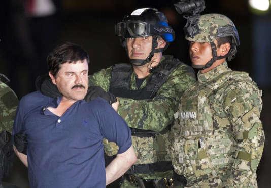 Joaquin « El Chapo » Guzman, le baron de la drogue le plus recherché au monde, est escorté par des soldats mexicains après sa capture à Los Mochis (Etat de Sinaloa, nord-ouest du Mexique), vendredi 8 janvier 2016.