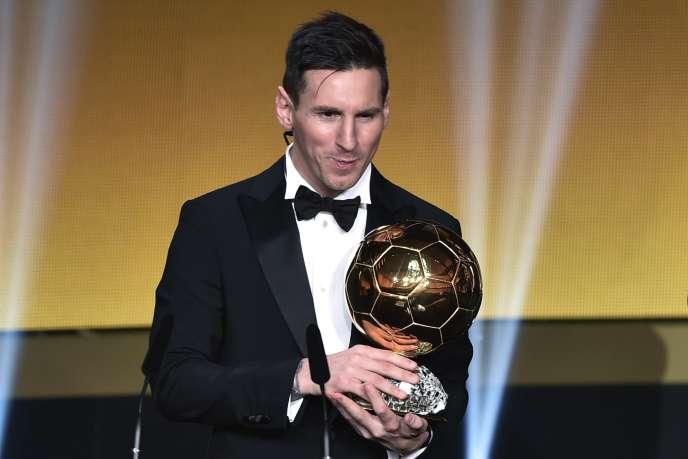Lionel Messi en 2016 avec le trophée du Ballon d'Or.