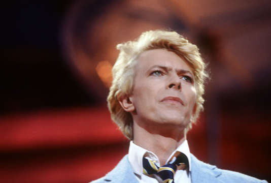 David Bowie, le 9 juin 1983, lors de son second spectacle sur la pelouse du champ de course d'Auteuil.