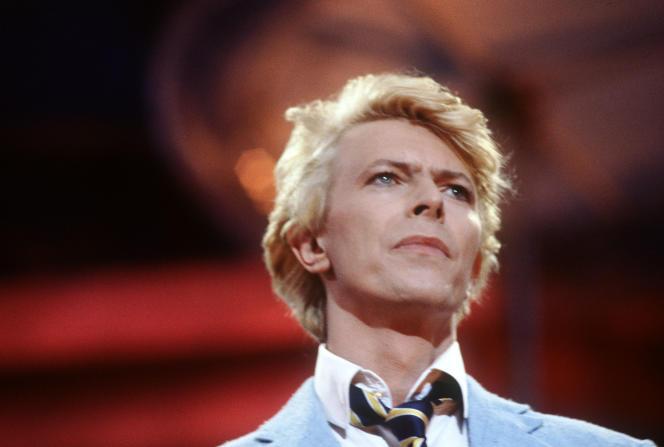 David Bowie, le 9 juin 1983, lors de son second spectacle sur la pelouse du champ de course d'Auteuil.
