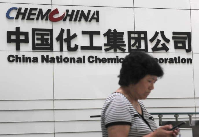 Devant le siège social de ChemChina à Pékin. Le principal chimiste chinois s'offre ainsi  l'une des icônes de la puissante mécanique allemande.