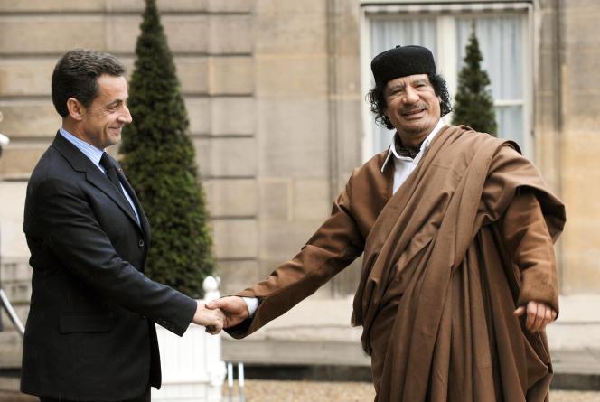 Leprésident français de l'époque Nicolas Sarkozy accueille le chef de l'Etat libyen MouammarKadhafi au palais de l'Elysée à Paris, le10 décembre 2007.