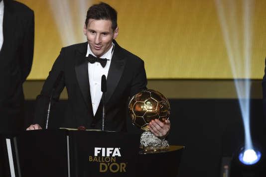 L'Argentin Lionel Messi reçoit son cinquième ballon d'or à Zürich lundi 11 janvier.