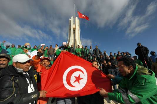 Des Tunisiens manifestent devant la mairie de Tunis, le 22 janvier 2011, un peu plus d'une semaine après la chute du dictateur Zine El-Abidine Ben Ali, qui régnait sans partage sur le pays depuis 1987.