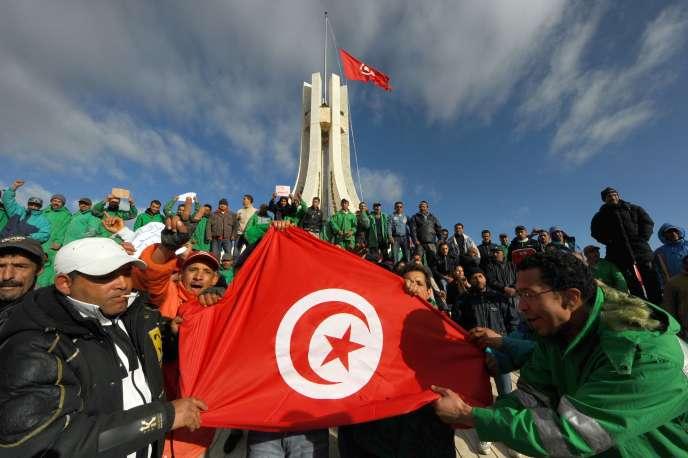 «Ces premiers signes, on les a appelés des « printemps »… De brèves révoltes vite étouffées. Les prétextes à ces brefs soulèvements ont été de toutes sortes. Religieux le plus souvent, car toutes les religions portent un message de justice. Mais, à vrai dire, ces soulèvements présagent des soulèvements plus larges, sans prétextes cette fois» (Photo: scène de Printemps arabe à Tunis, en janvier 2011).