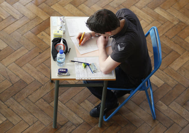 Un lycéen durant une épreuve du baccalauréat à Strasbourg en 2012.