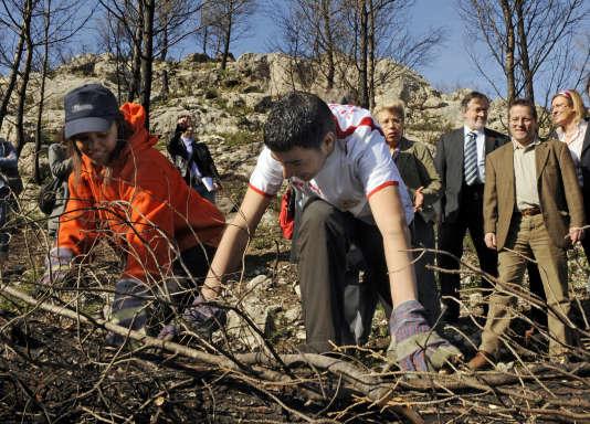Le service civique a été lancé en 2010 par Martin Hirsch (à droite). Ici, une mission de restauration d'un parc de Marseille.