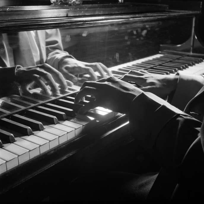 Un pianiste joue dans un club de jazz de New-York, probablement dans les années 1950.
