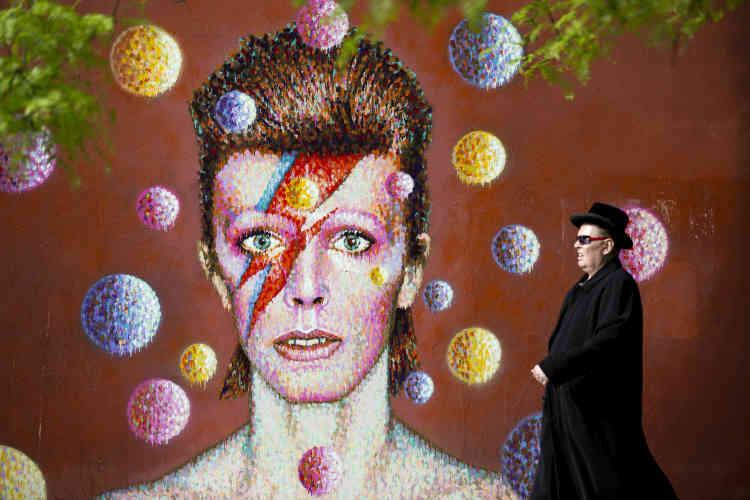 Le portrait de David Bowie, réalisé par le peintre James Cochran, à Londres, le19juin2013. Un portrait qui s'inspire du personnage Aladdin Sane, lancé en1973, avec l'album du même nom. En2013, David Bowie annonce, le jour de son anniversaire, son retour avec l'album «The Next Day», après dix ans d'absence.