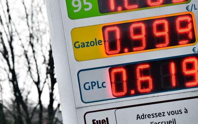 Les prix à la pompe dans une station-service de Challans (Vendée), lundi 11 janvier