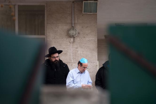 Devant l'école La Source, où enseigne le professeur juif agressé lundi matin.