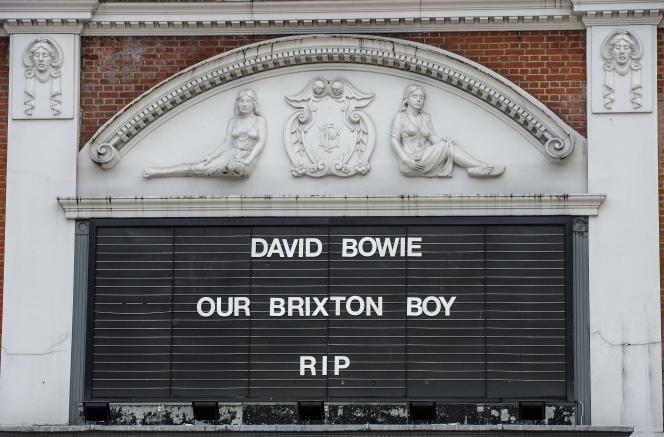 Hommage à David Bowie, devant un cinéma de Brixton, le Ritzy Picturehouse, dans le sud de Londres, le 11 janvier 2016.