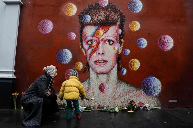 David Bowie portera la coupe mulet lors de la sortie de Ziggy Stardust (1972),Aladdin Sane, ici représenté dans une peinture murale, (1973) et Diamond Dogs (1974).
