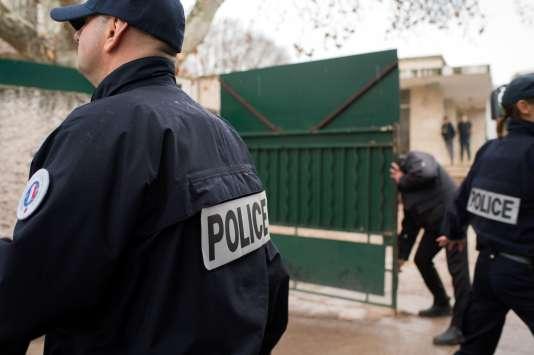 Des policiers devant l'école où enseigne le professeur victime d'une agression antisémite à Marseille le 11 janvier 2016.