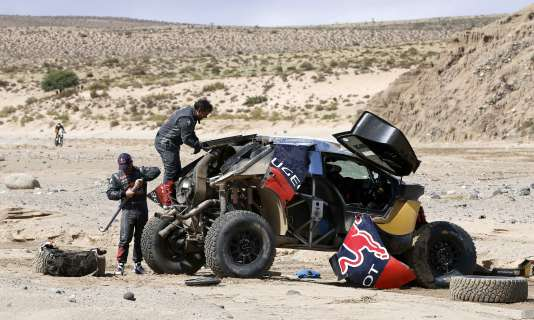 Sébastien Loeb (Peugeot), qui occupait la tête du classement général du Dakar 2016, a fait plusieurs tonneaux lundi 11 janvier lors de la 8e étape, entre Salta et Belen en Argentine.