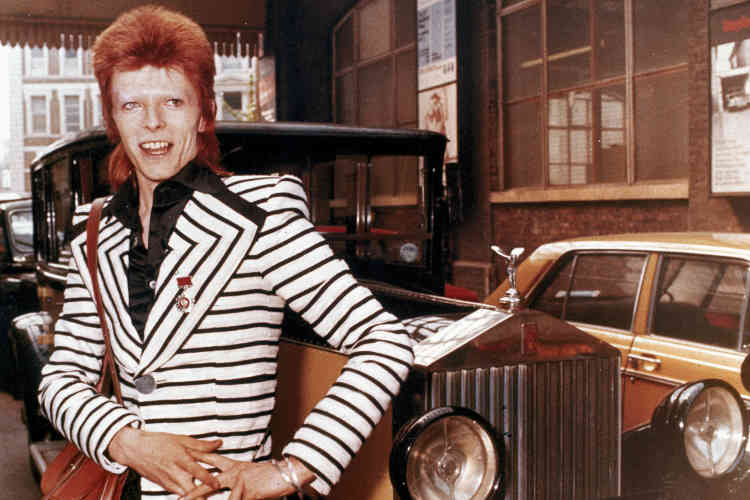 En 1972, David Bowie se teint les cheveux en rouge et n'hésite pas à porter des costumes outranciers, participant ainsi à l'émergence du glam rock. Ici, son costume de « Starman », porté pour son personnage de Ziggy Stardust, cette même année, et présenté lors d'une exposition à Londres le 20 mars 2013.