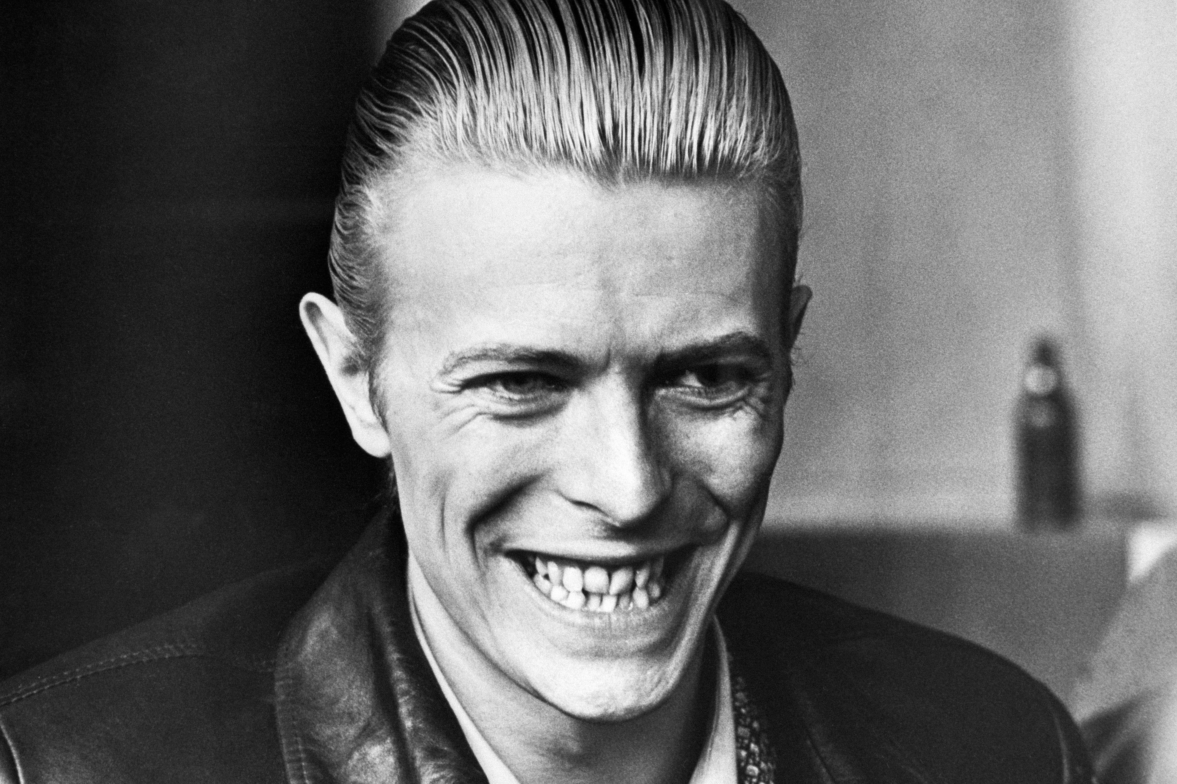 David Bowie, en 1976, à Helsinki, en Finlance. Cette année-là, l'artiste sort son album «Station to Station», aux sonorités soul et funk, dans lequel il interprète le personnage élégant de Thin White Duke, à l'esthétique sobre. A cette époque, David Bowie se drogue énormément, si bien qu'il assure ne pas se souvenir de l'enregistrement de l'album.