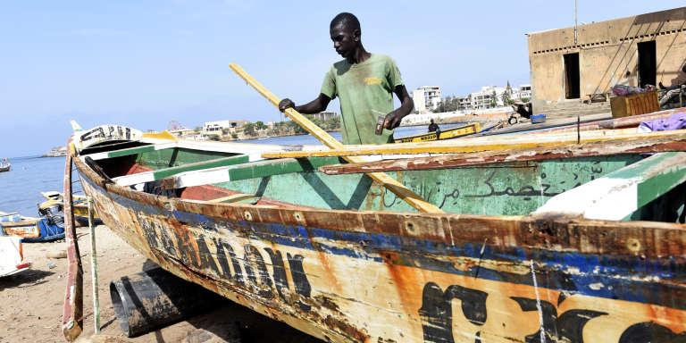 Une pirogue sénégalaise de pêche traditionnelle à Dakar en juillet 2015.