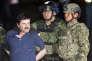 Le 8janvier, Joaquin «ElChapo» Guzman est montré à la presse,  menotté par des soldats et des marines dans un hangar fédéral à Mexico.