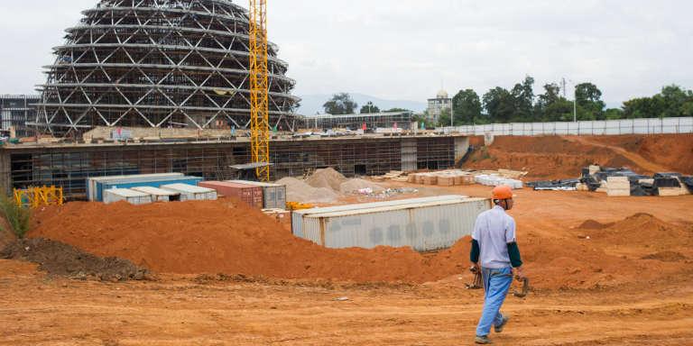 Sur le chantier du Centre de conférence de Kigali, dans la capitale rwandaise, en mars 2014.