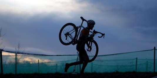122 561 kilomètres à vélo en 365 jours. C'est le nouveau record de la plus longue distance cumulée parcourue en un an, établi par l'Américain Kurt Searvogel.