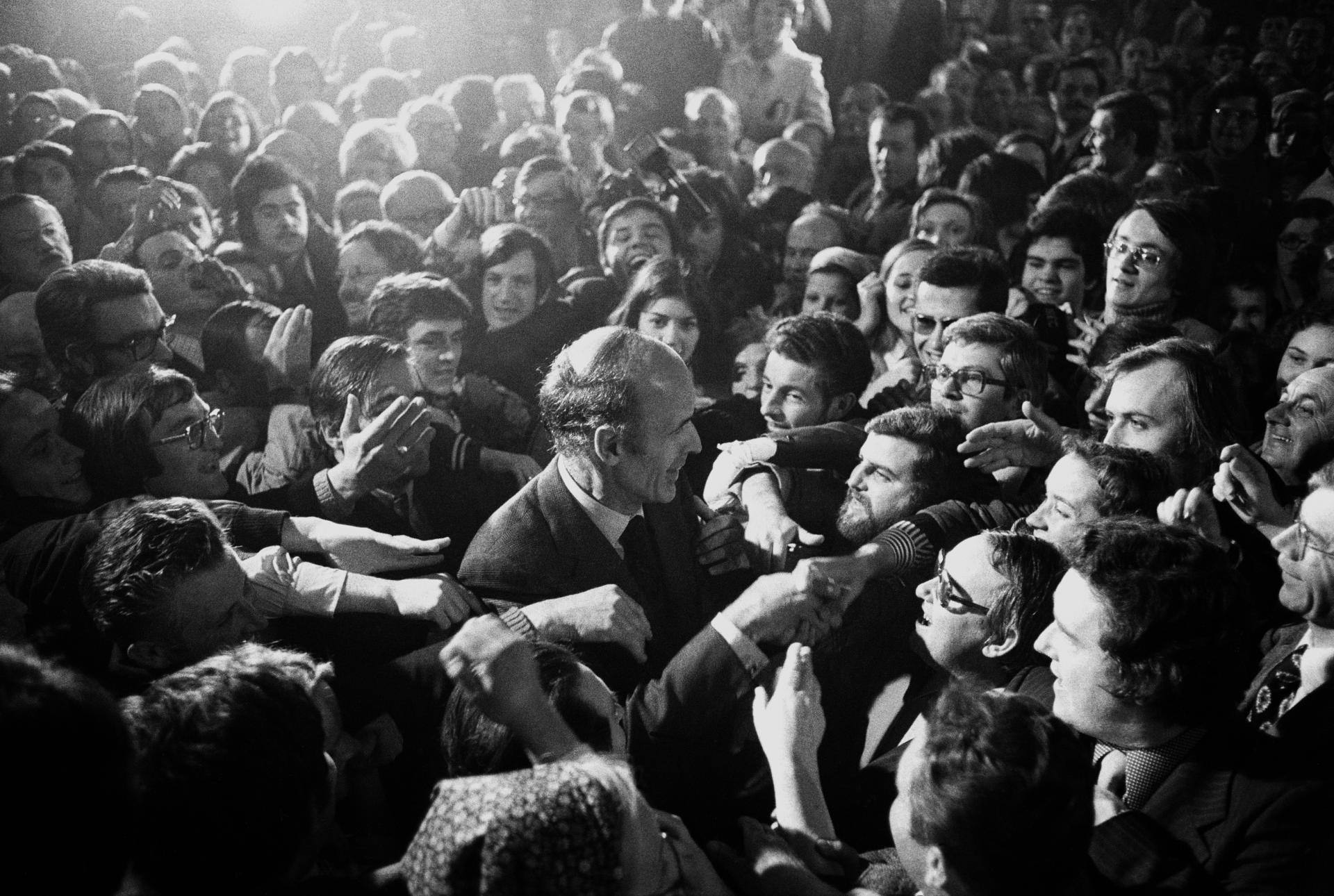 Bain de foule avec ses partisans, lors d'un meeting de campagne en avril 1074