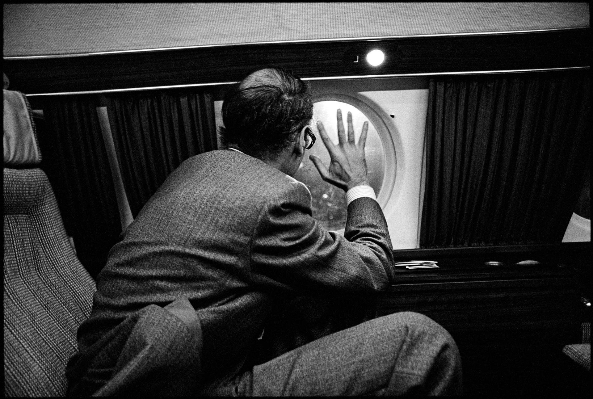 Le candidatValéry Giscard d'Estaing salue par le hublot lors d'un déplacement en avion.