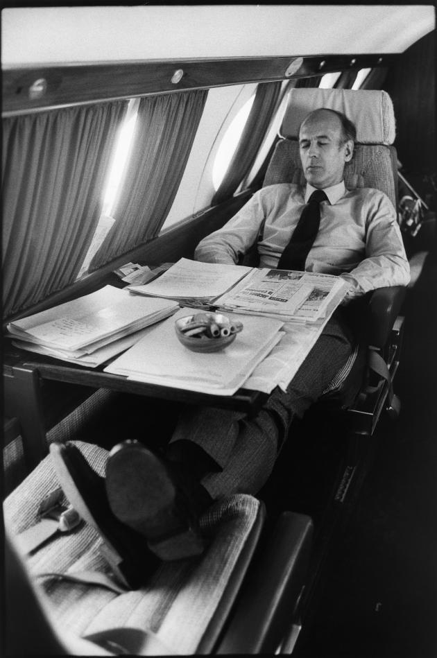 Valéry Giscard d'Estaing fait une sieste dans l'avion qui le conduit de meeting en meeting, lors de la campagne en avril 1974.
