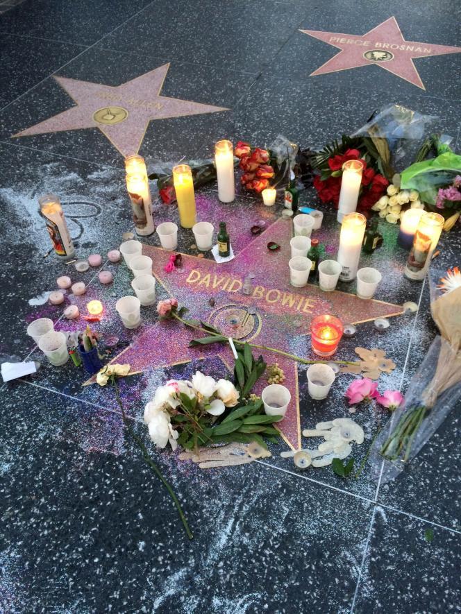 Des bougies et des fleurs autour de l'étoile de David Bowie sur le Hollywood Walk of Fame à Los Angeles, le 11 janvier 2016.