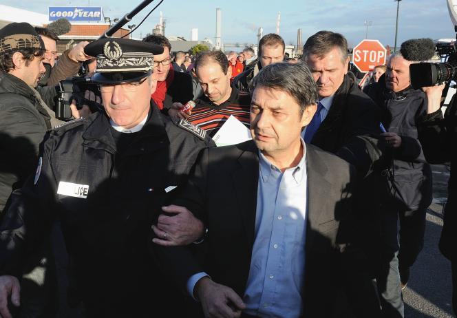 Bernard Glesser, directeur des ressources humaines de Goodyear (au premier plan) etMichel Dheilly, le directeur de production, après leur sortie de l'usine d'Amiens enjanvier2014.