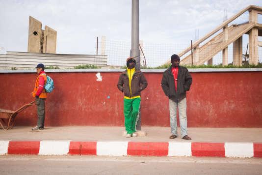 Dans l'impossibilité d'avoir un contrat de travail, certains hommes sont embauchés comme ouvriers journaliers sur les chantiers de construction. Chaque jour, des dizaines de migrants patientent le long des boulevards de Canastel, dans l'espoir d'être recrutés par un artisan ou un particulier de la région.