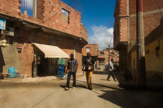 A Oran, la majorité des migrants vit à la périphérie de la ville. Les loyers sont moins chers comme ici au « carrefour marocain » dans le quartier précaire appelé Coca.