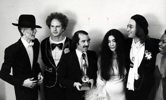 David Bowie, Art Garfunkel, Paul Simon, Yoko Ono, John Lennon et Roberta Flack au théâtre Uris de New York, le 1er mars 1975.