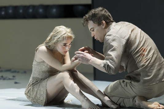 """Les acteurs Sophia Anne Caruso (à gauche) et Michael C. Hall (à droite), dans la pièce  """"Lazarus"""", mise en scène par Ivo van Hove, au New York Theatre Workshop."""