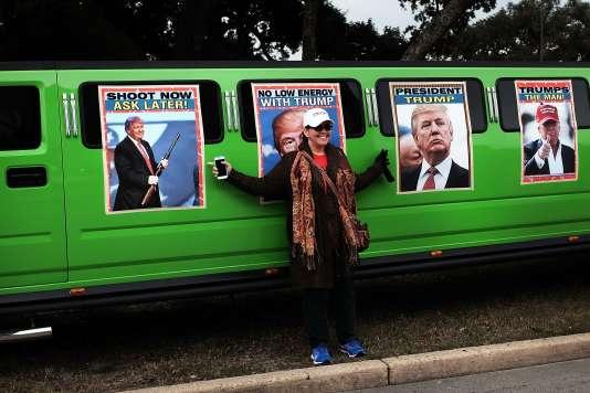 Des affiches de Donald Trump sur une limousine avant un meeting de campagne à Biloxi dans le Mississippi le 2 janvier 2016.