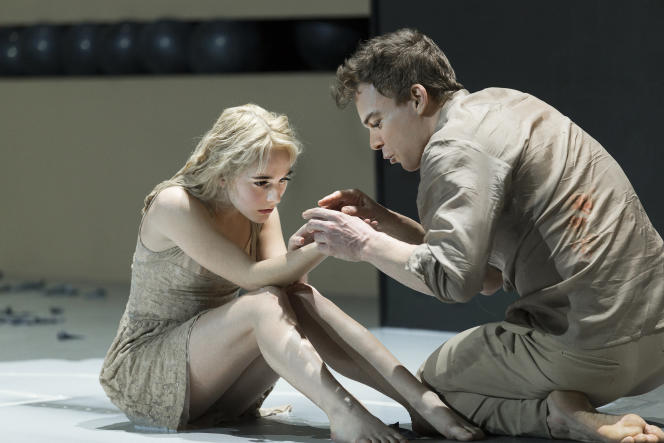 """Les acteurs Sophia Anne Caruso (à gauche) et Michael C. Hall (à droite), dans la pièce  """"Lazarus"""