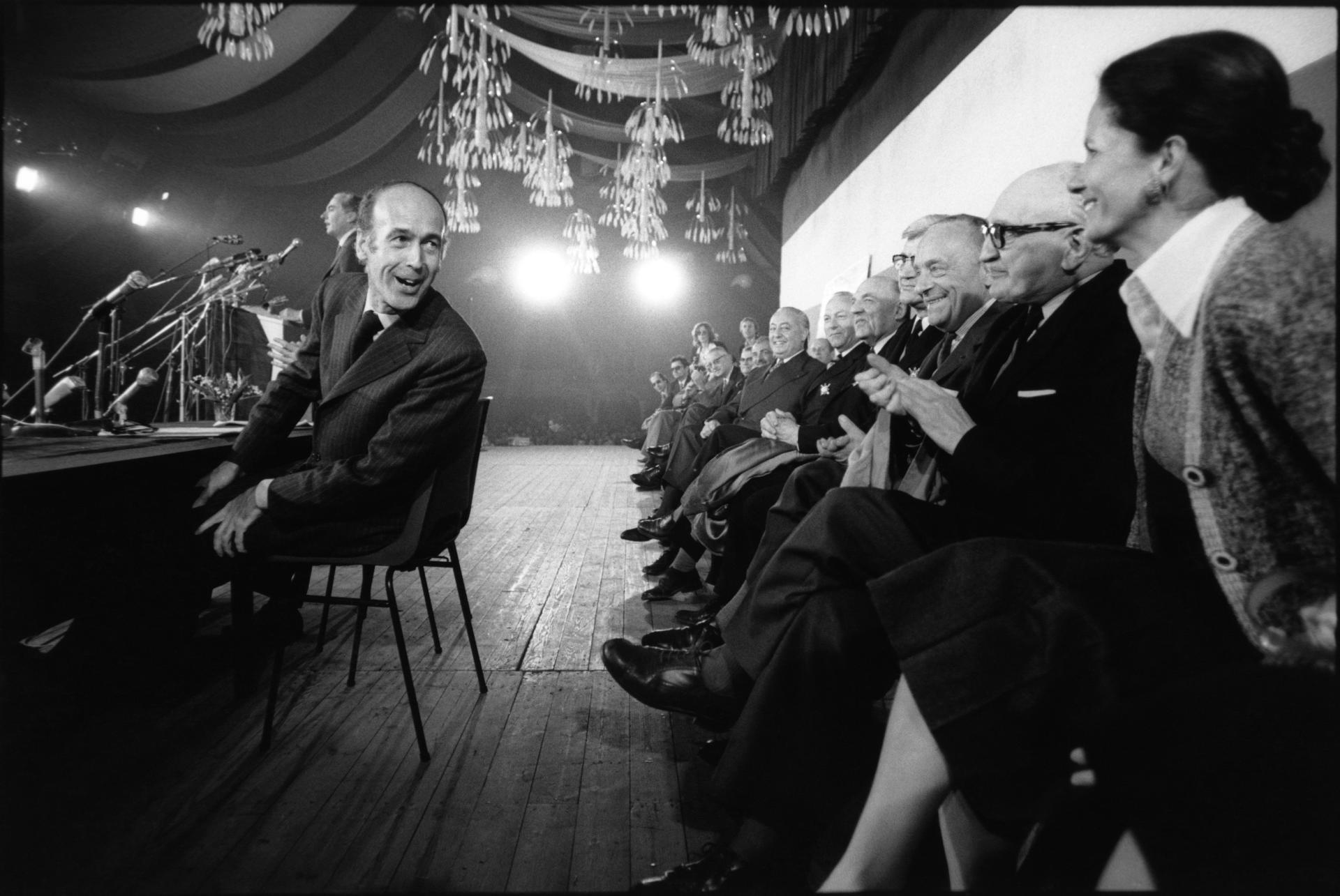 Durant un meeting en avril 1974. Valéry Giscard d'Estaing se tourne vers sa femme Anne-Aymone.