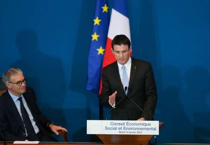 Patrick Bernasconi avec le Premier ministre Manuel Valls à Paris, le 12 janvier 2016.