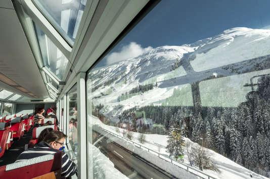 Le Glacier Express avec ses grandes baies vitrées à l'assaut du col Oberalp, à 2 044 mètres d'altitude, en février 2014.
