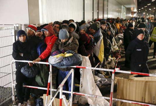 Des migrants attendent pour se faire enregistrer à leur arrivée à Berlin le 9 décembre 2015.